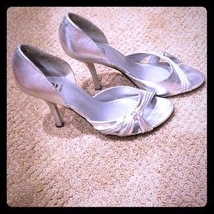 Bakers silver retro heels Sz 7.5